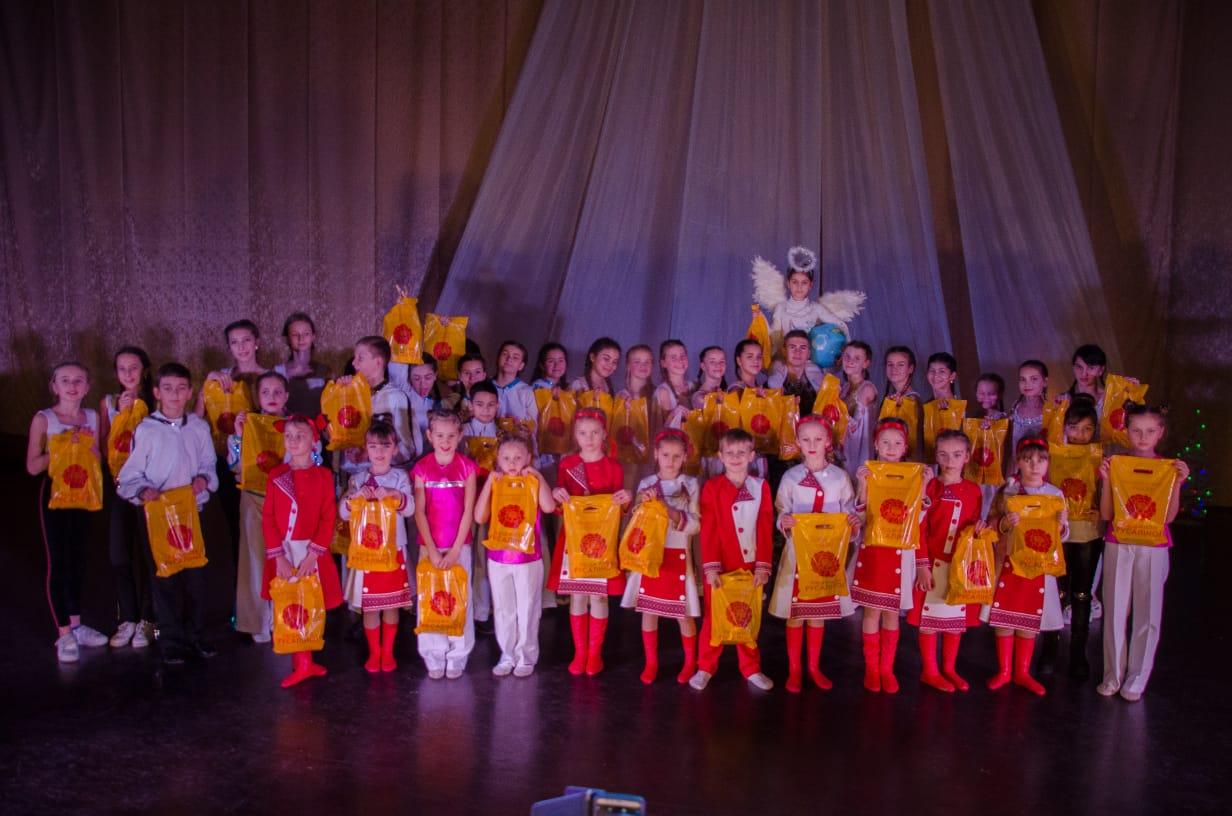 На Миколая канівські дітлахи отримали 500 солодких подарунків