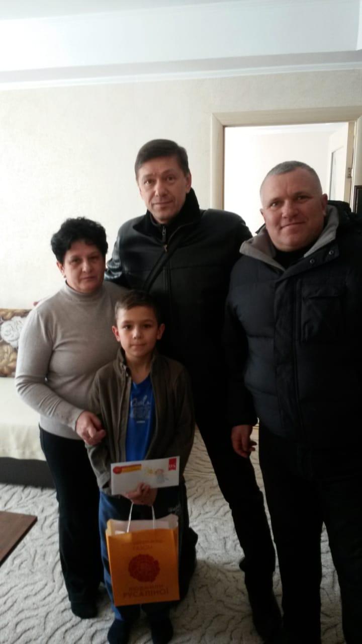 Двом родинам із Канева передали допомогу, зібрану на благодійному аукціоні