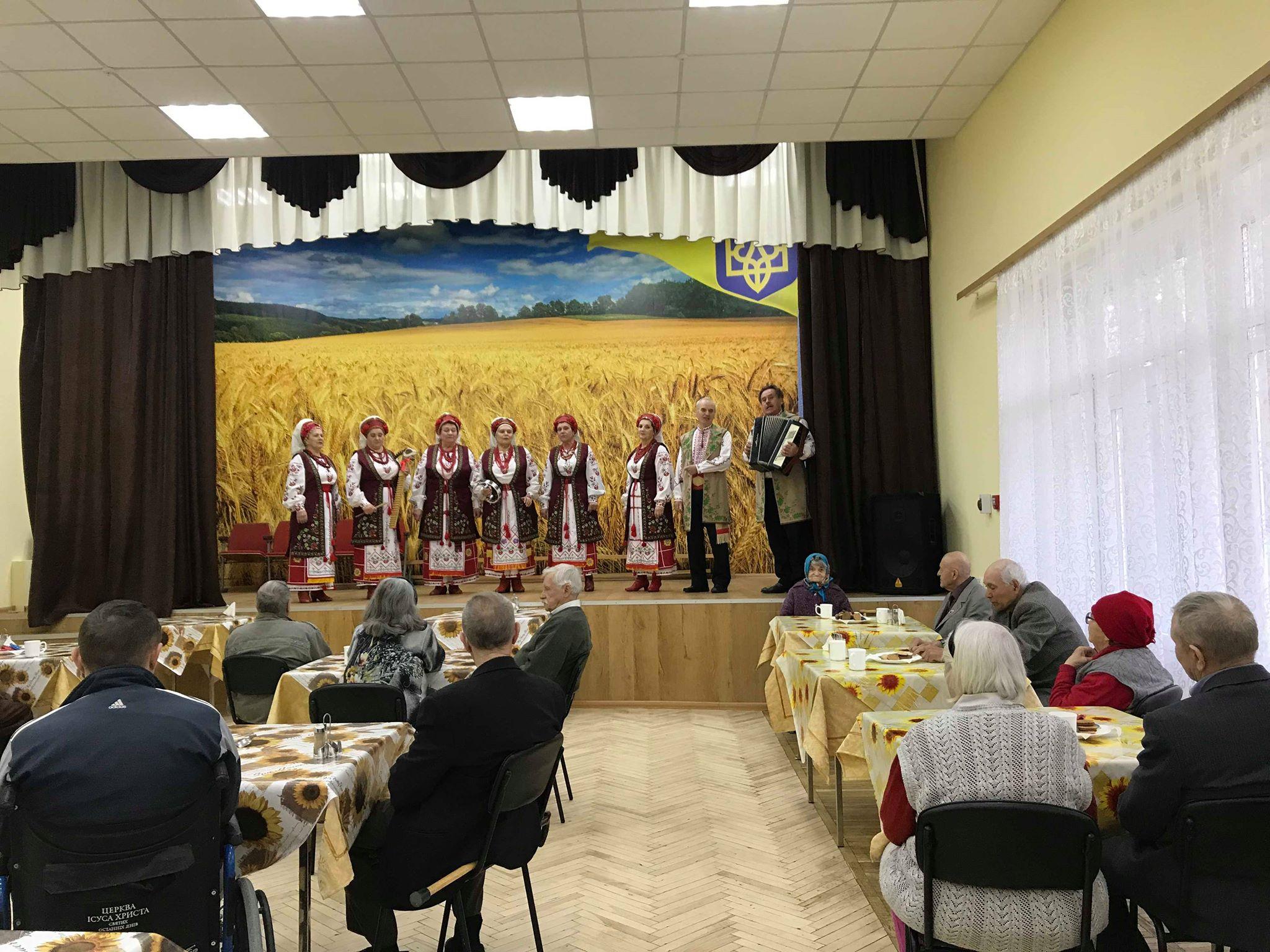 Жителям Черкаського геріатричного пансіонату передали солодощі до чаювання