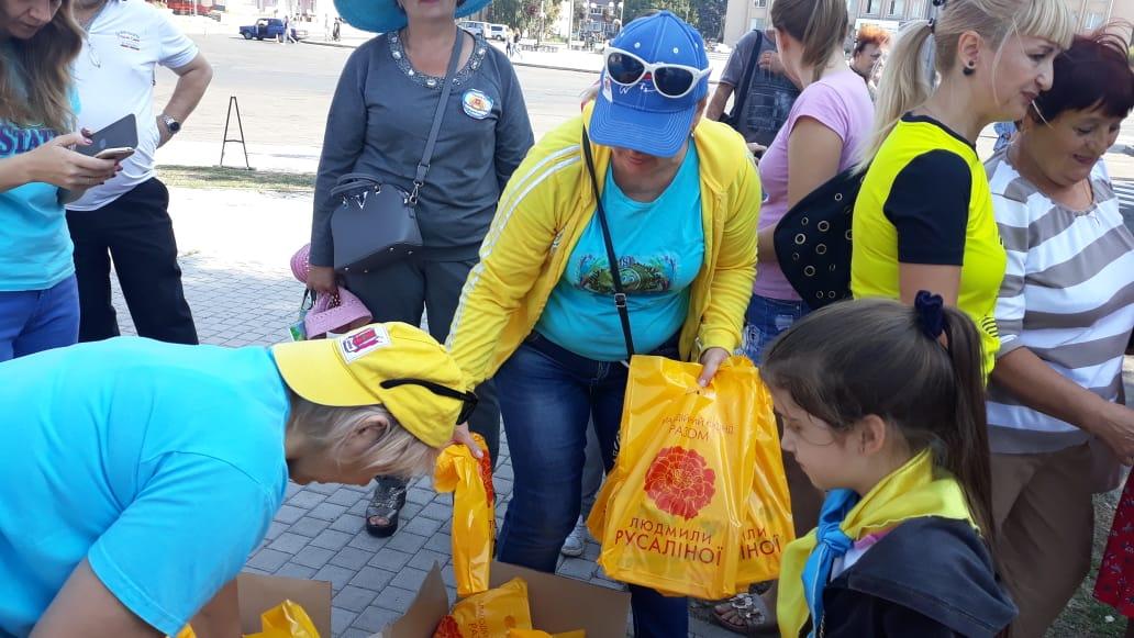 Найменші учасники золотоніського велопробігу отримали солодощі від фонду