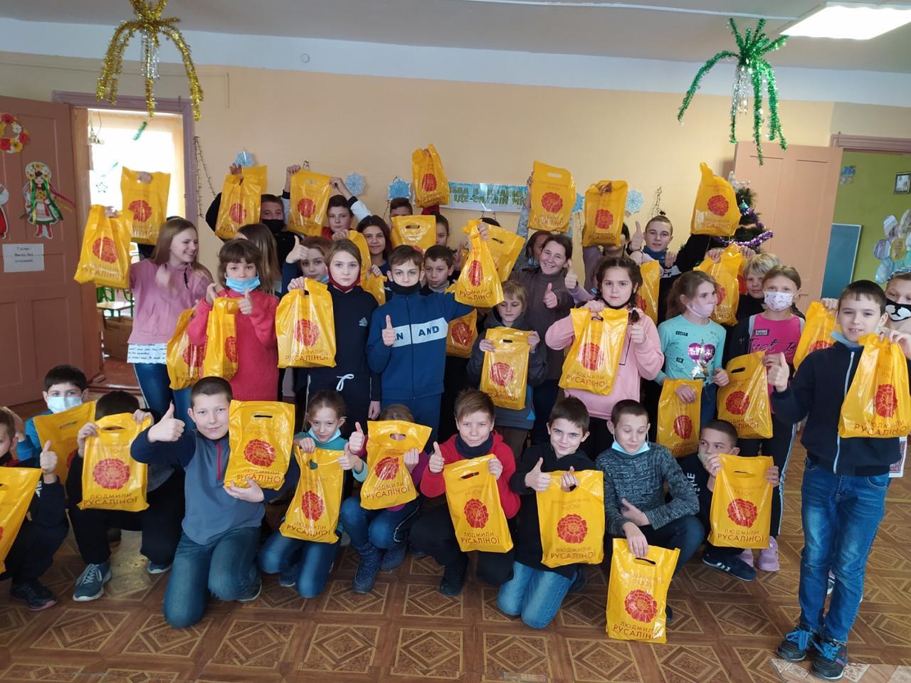 Діти Красногорівки отримали подарунки від фонду